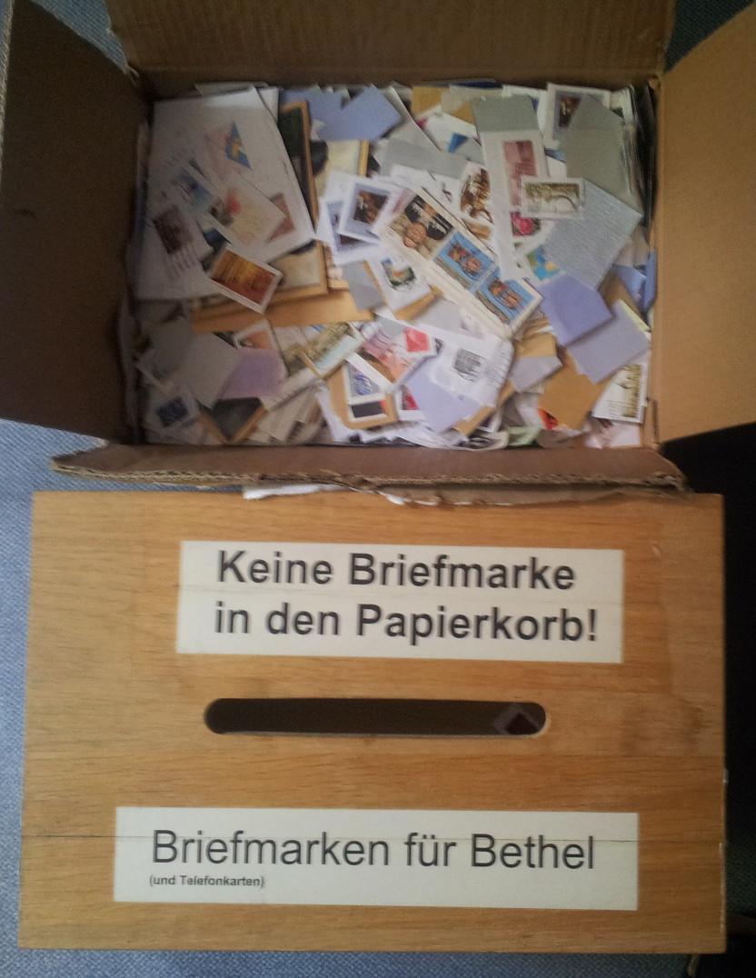 Sammelbox und Paket mit Briefmarken