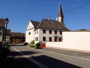 Pfarrhaus und Kirche in Sundhouse - der Flachbau vorne rechts ist das Gemeindehaus